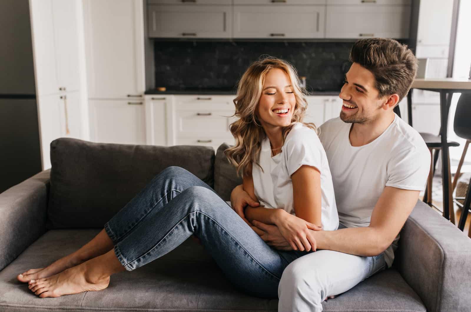 Paar sitzt auf der Couch