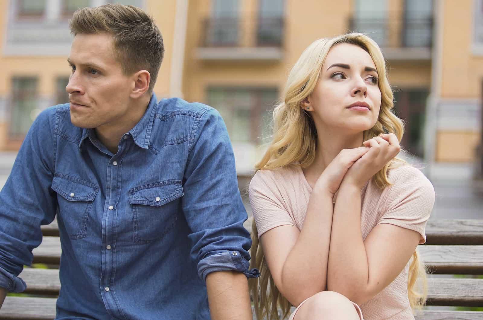 Paar sitzt in einem Konflikt zusammen