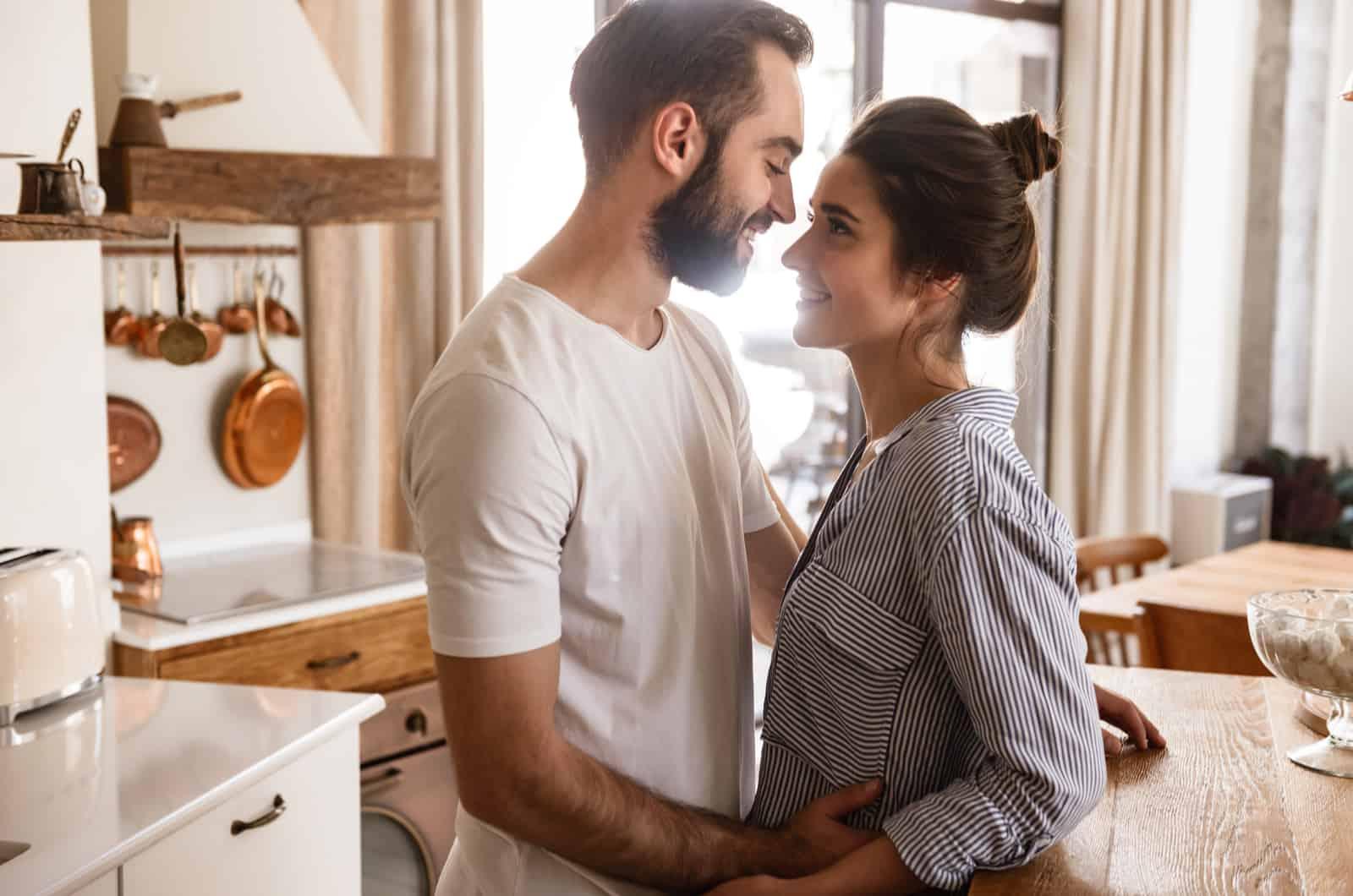Paar umarmt sich in der Küche
