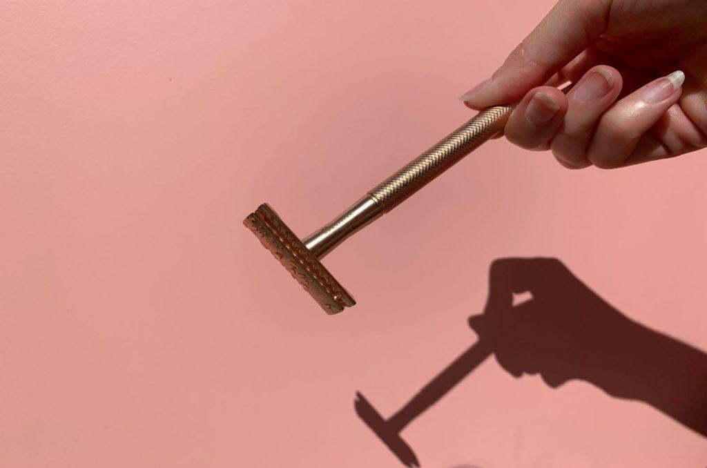 rasiermesser mit rosa hintergrund