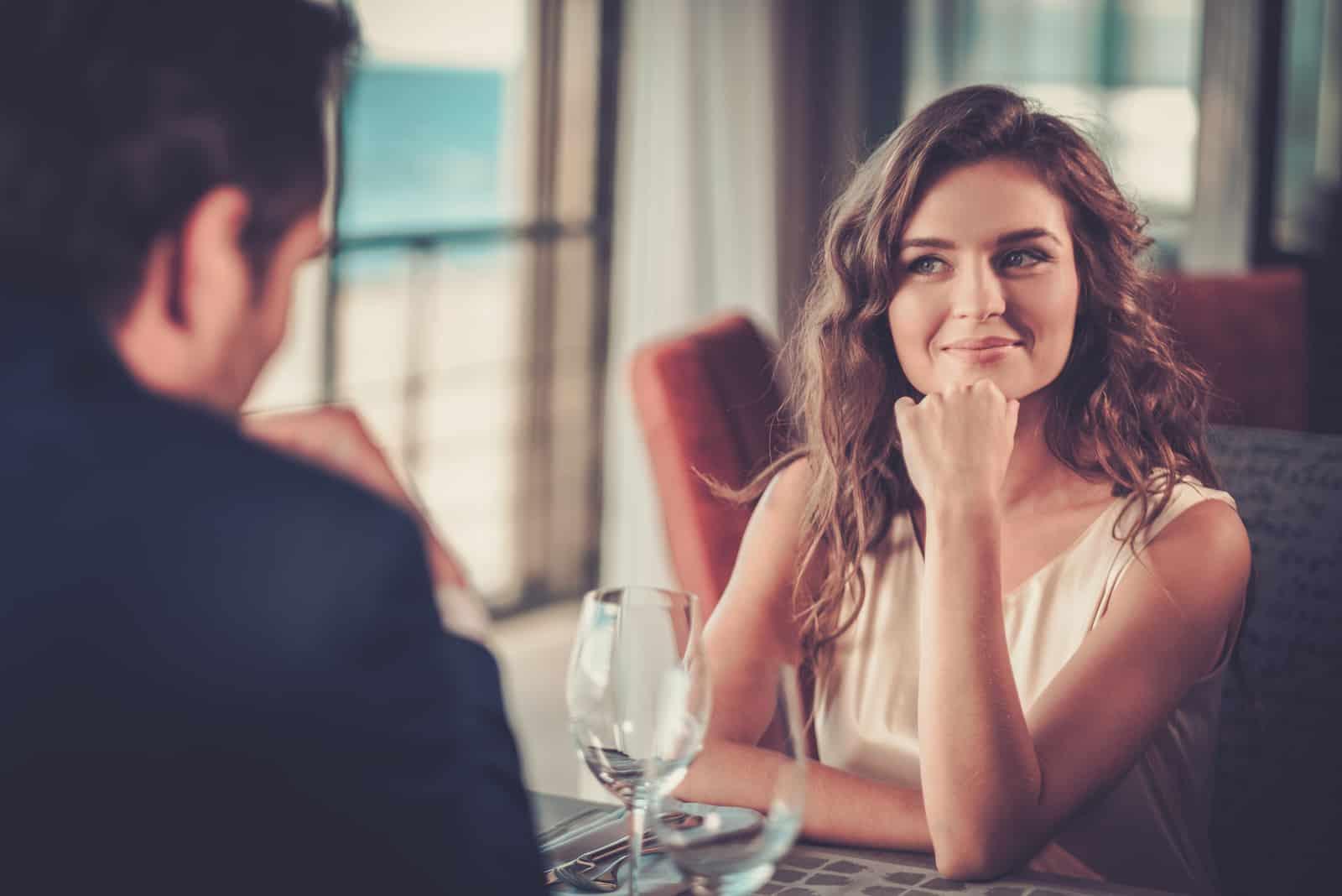 Schönes Paar in einem Restaurant