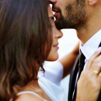 Mann küsst eine Frau auf die Stirn