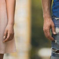 abgeschnittenes Foto eines distanzierten Paares