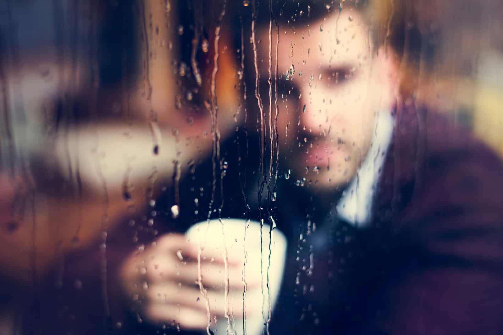 ein imaginärer Mann, der Kaffee trinkt