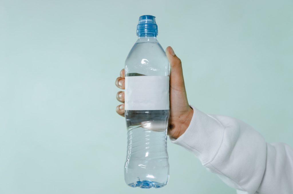 eine flasche mineralwasser