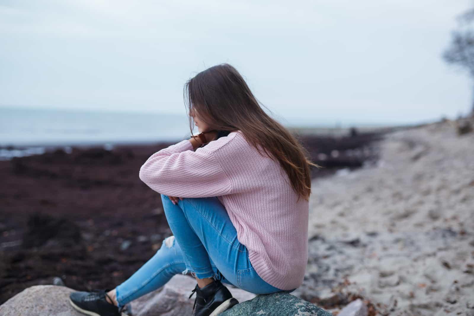 eine imaginäre Frau, die am Ufer sitzt