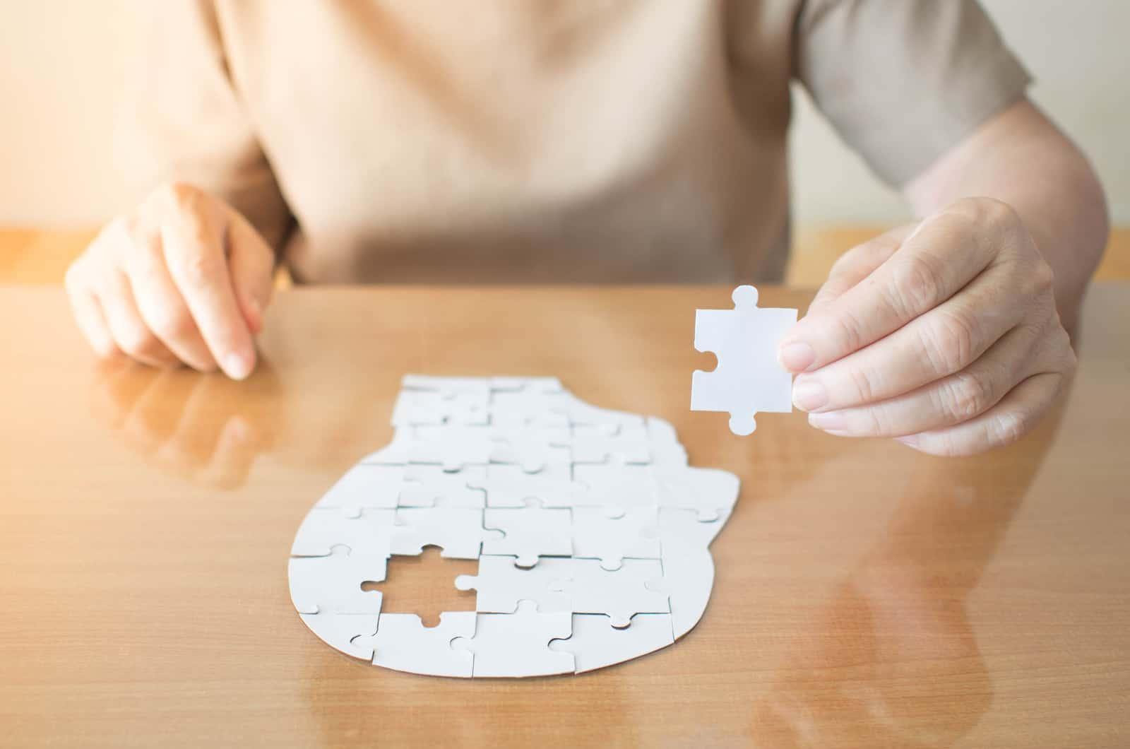 frau halt ein puzzleteil