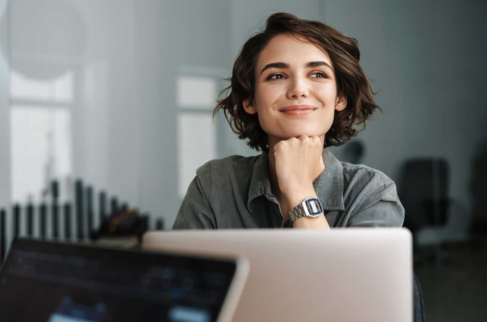 junge Frau am Laptop lächelnd
