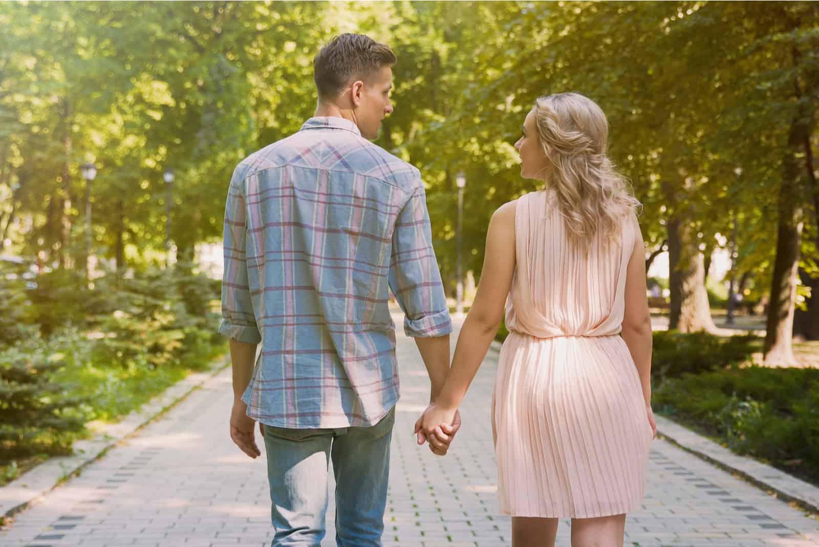 verliebtes Paar Händchen haltend