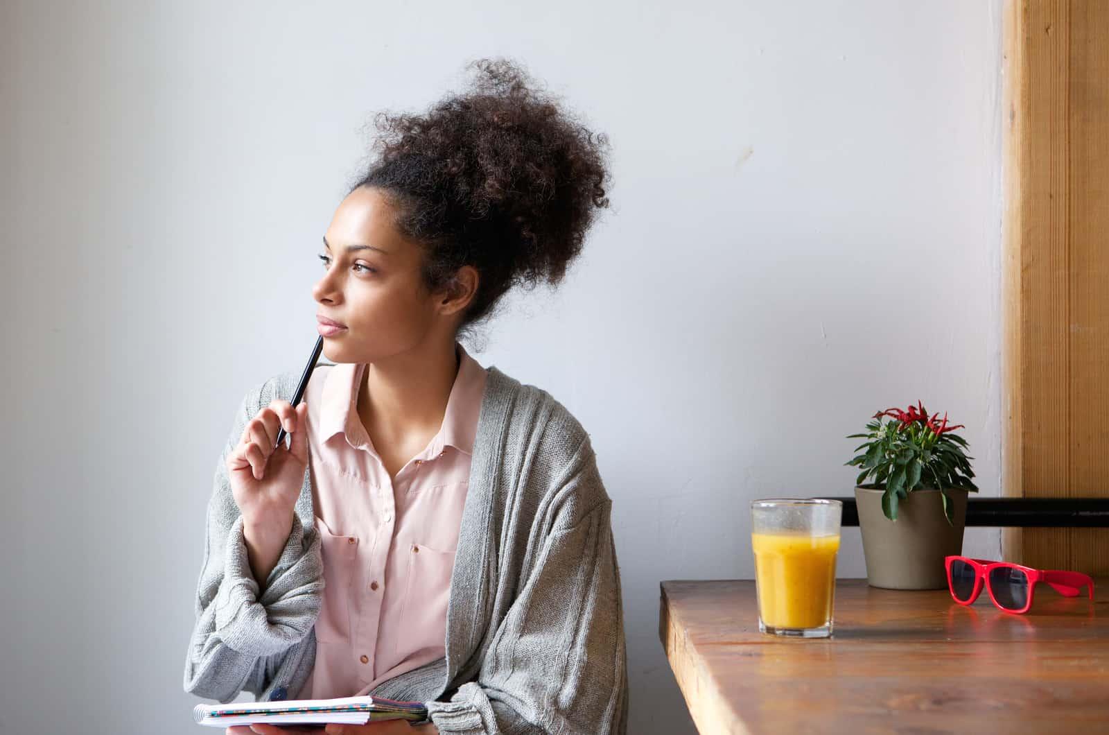 Frau am Schreibtisch denkt nach