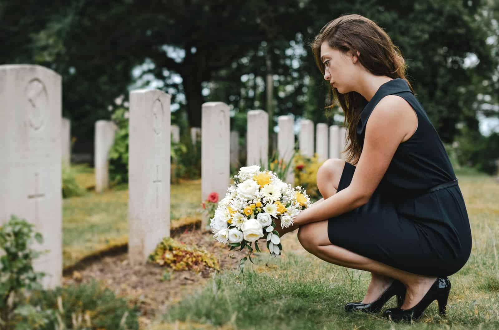 Frau besucht ein Grab