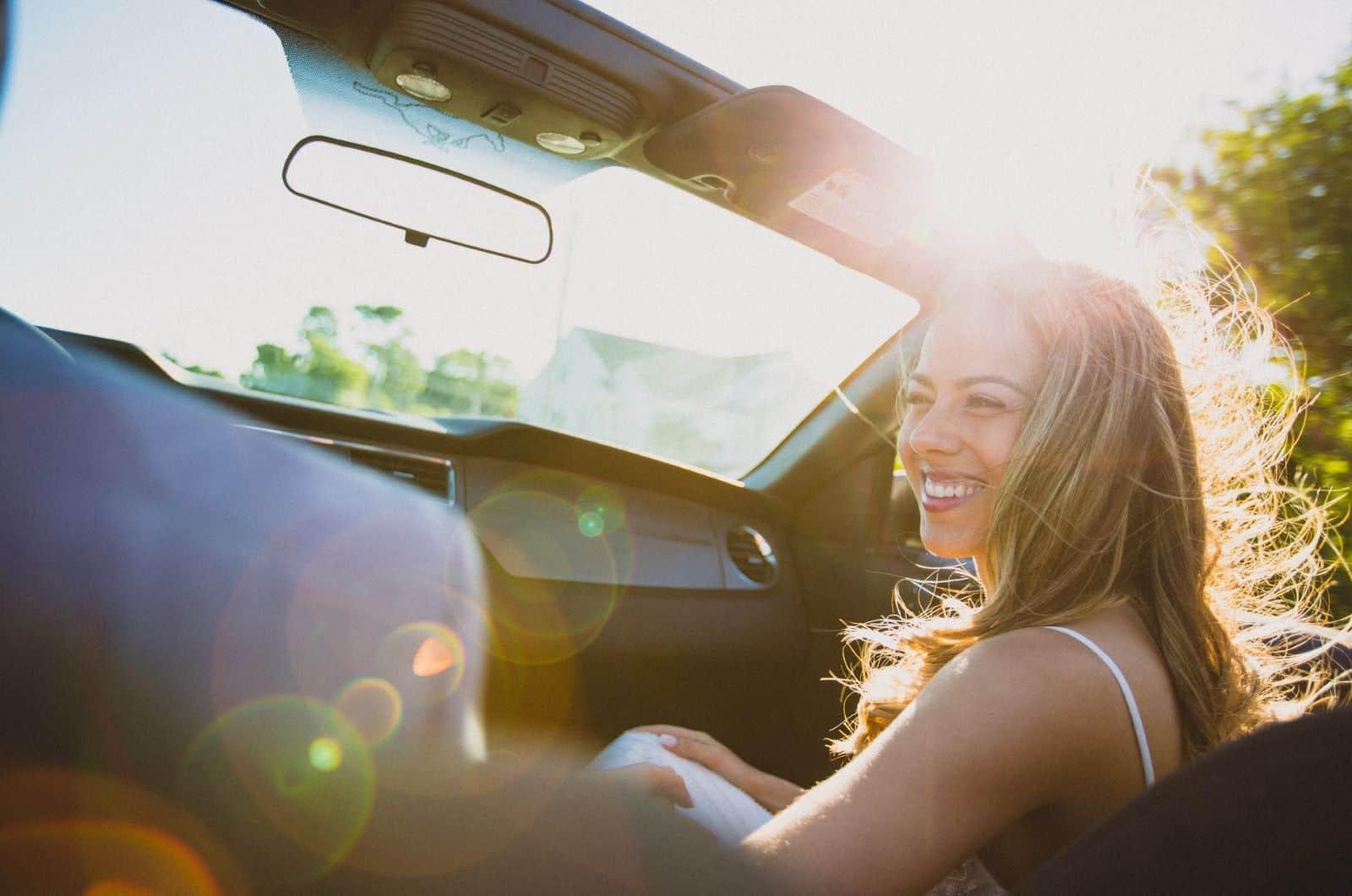 Frau im Auto lächelt