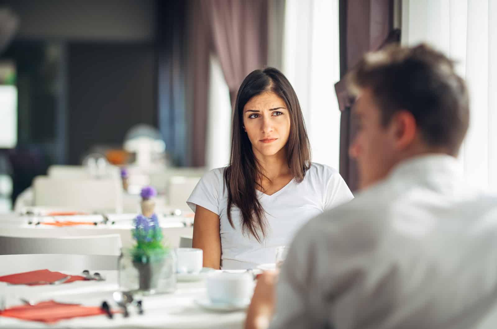 Frau sieht ihren Partner mit traurigem Gesichtsausdruck an