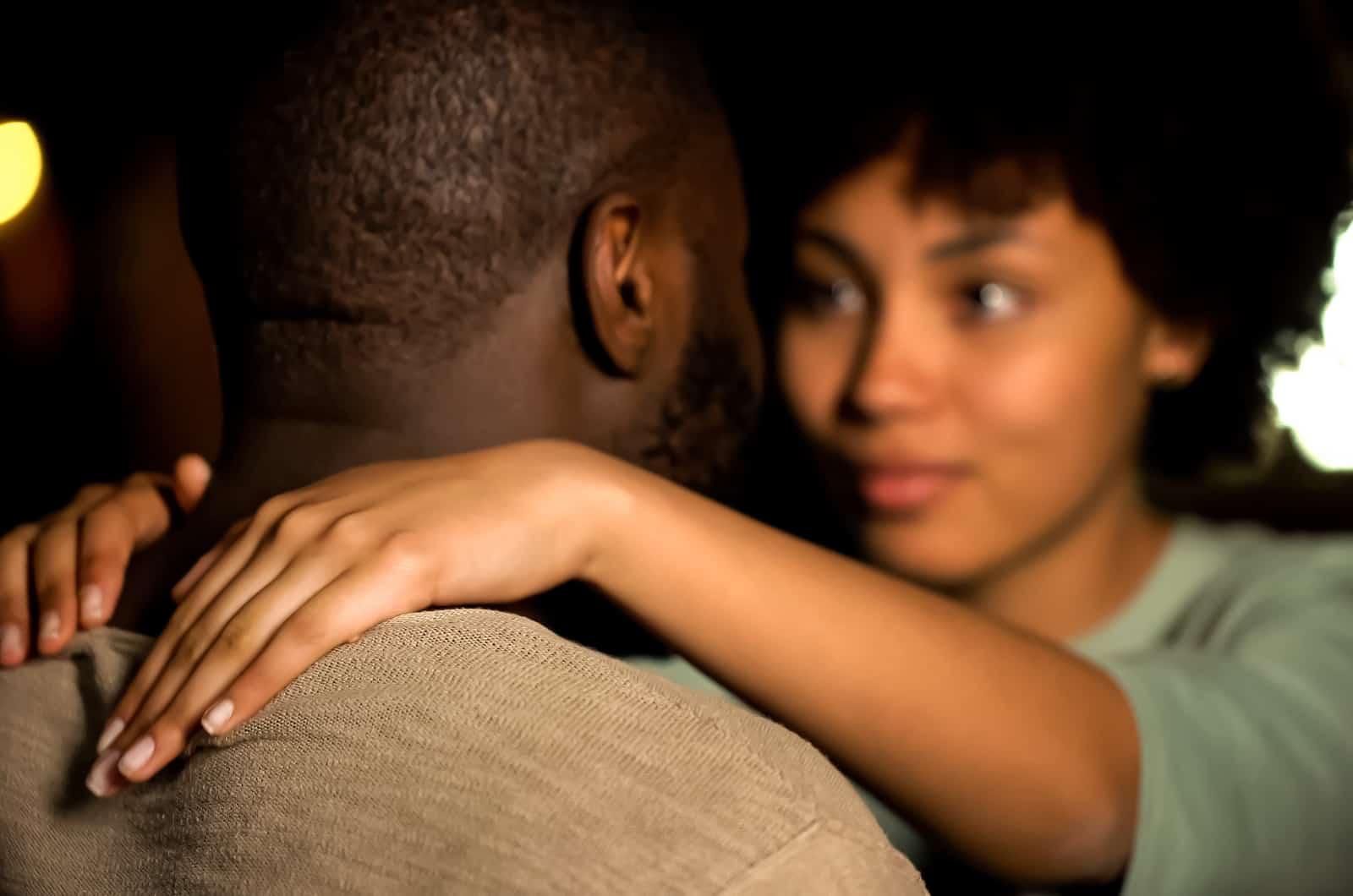 Frau umarmt einen Mann