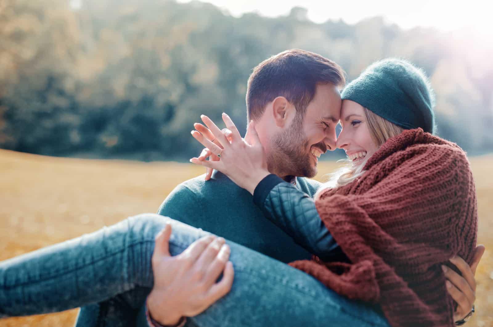 Liebespaar, das Spaß im Herbstpark hat