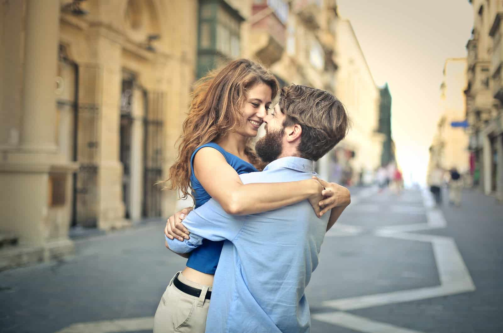 Mann hebt Frau auf der Straße hoch