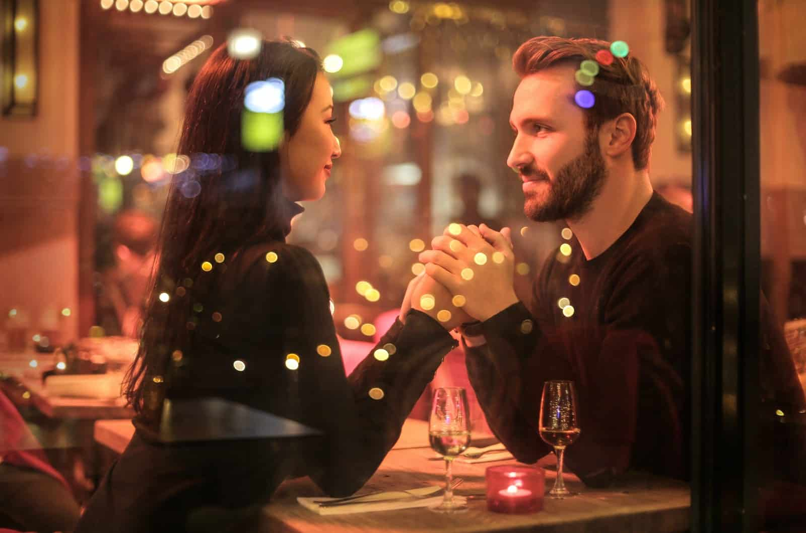 Mann und Frau bei einem Date im Gespräch