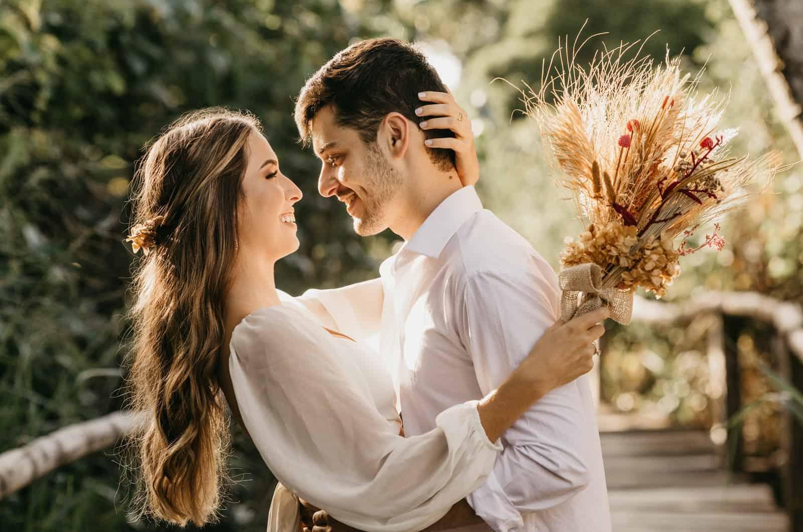 Paar posiert mit Blumenstrauß