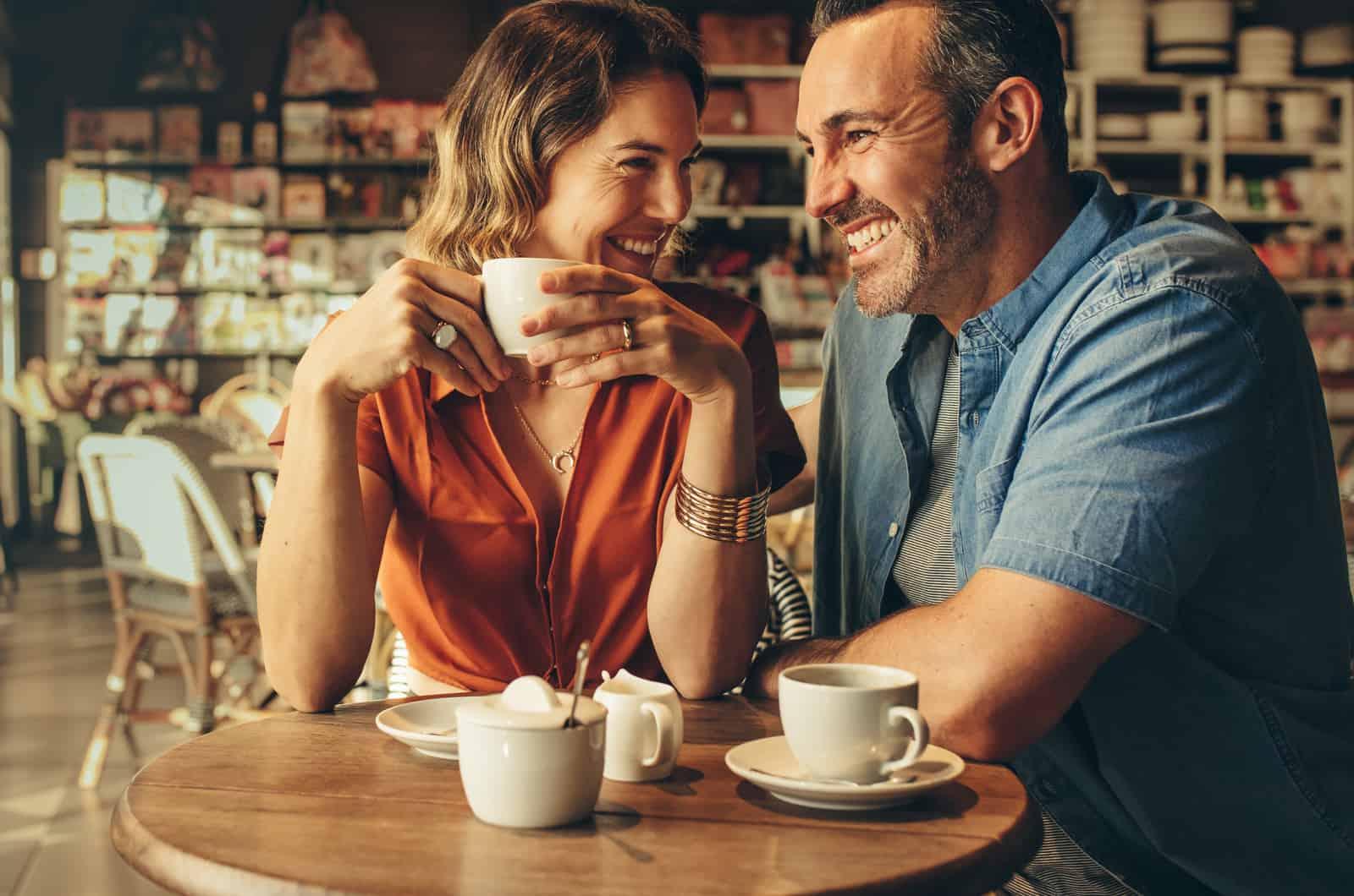 Paar trinkt zusammen Kaffee in einem Café