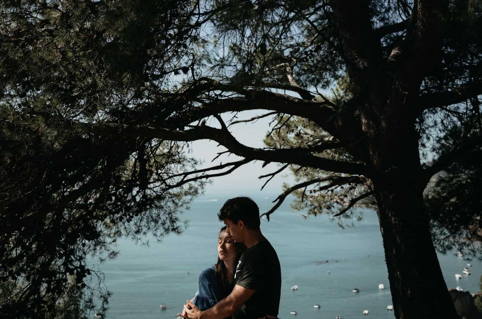 Paar umarmt am Meer