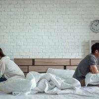 Mann und Frau sitzen schlecht voneinander abgewendet