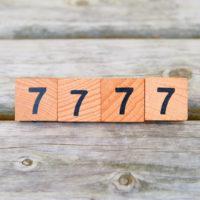 7777 Zahl auf Blöcken