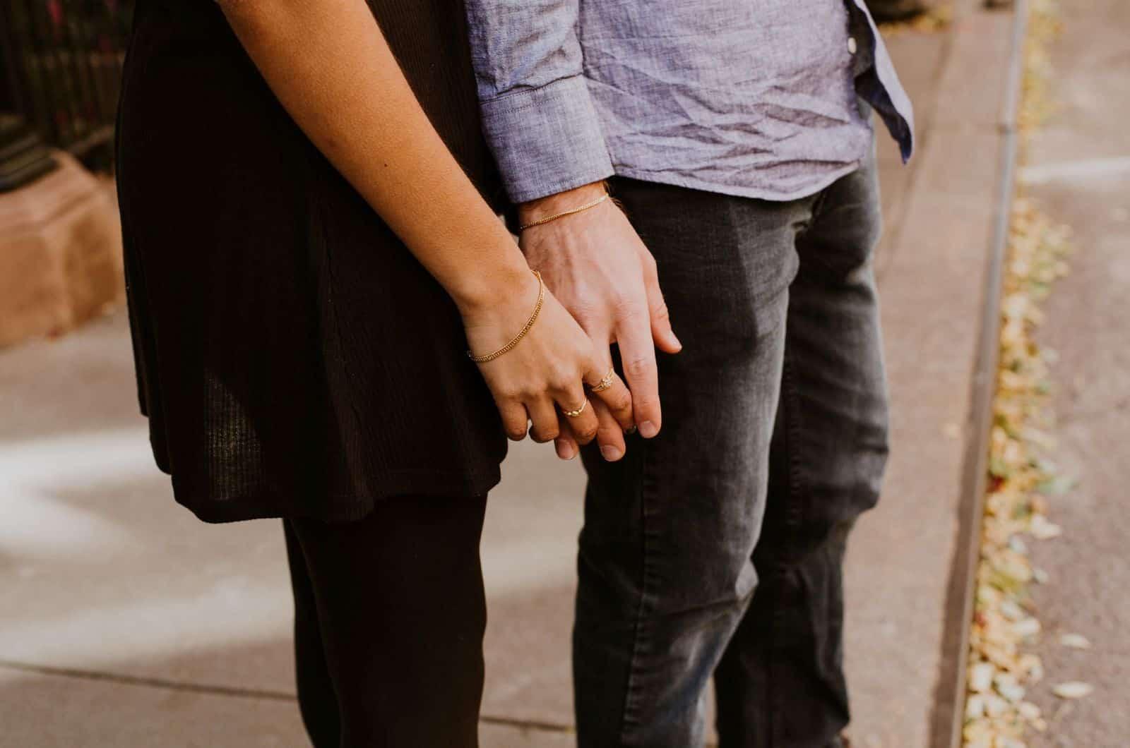 abgeschnittenes Foto eines Paares, das Händchen hält