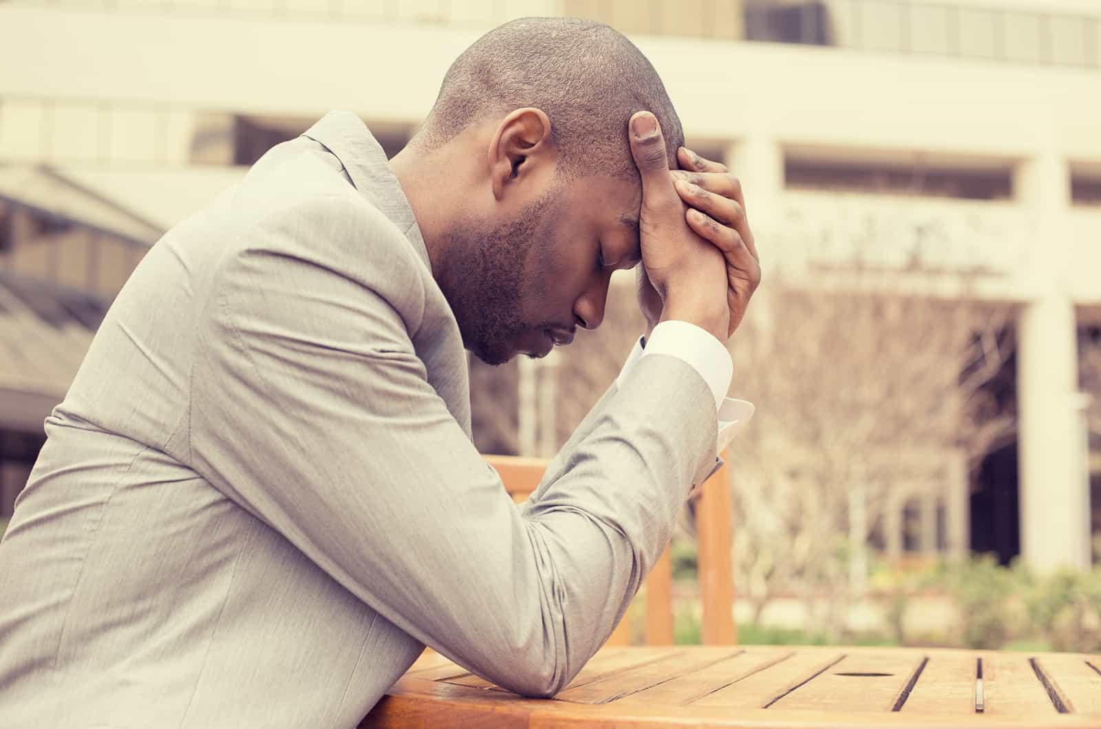 depressiver Mann sitzt