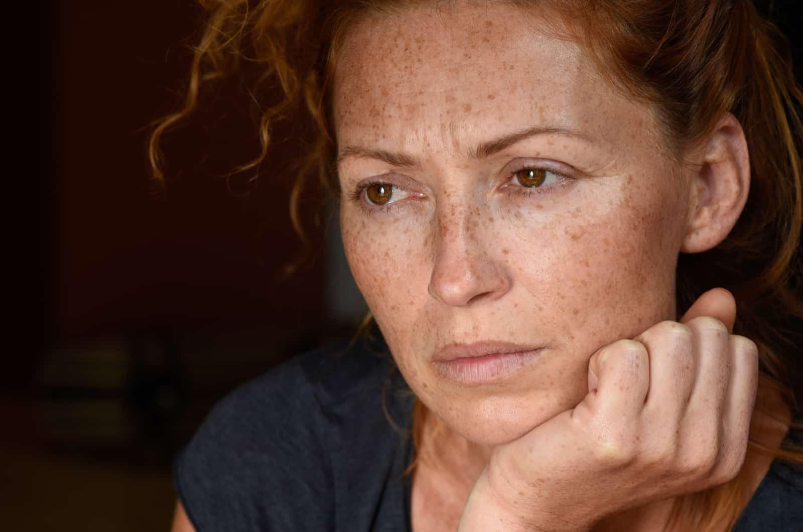 traurige Frau denkt